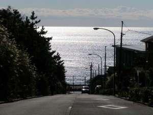 !☆ホテルから海へと向う坂道はロケ地としても有名な場所!きらめく海がまぶしい♪