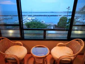熱海温泉 料理旅館 渚館:*海側客室一例/人気の花火大会も目の前!浴衣で涼みながら、光の共演をご堪能ください。