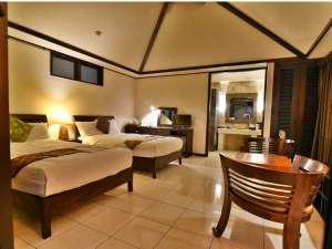 グランピングリゾートヨーカブシ(旧エルミタージュ):白いタイル床が際立つヴィラのお部屋