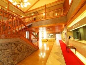 神山温泉 ホテル四季の里&いやしの湯:神山の木材と石材を活かした温かみのある造りと、開放感が魅力的なロビー。書籍、ネットコーナーも有。