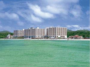 目の前に広がる800mも続く天然のビーチがホテルの自慢♪思い切り遊んじゃおう!