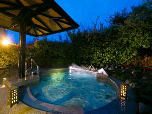 """花樹海別館 さぬき トレスタ白山:大浴場に隣接する、""""開放的""""な【露天風呂】 湯につかりながらふと見上げれば、星が煌めく夜空がそこに"""