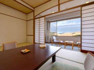 秋芳ロイヤルホテル 秋芳館:*和室12畳(客室一例)/窓際に腰かけて、雄大な秋吉台の絶景をご堪能下さい。