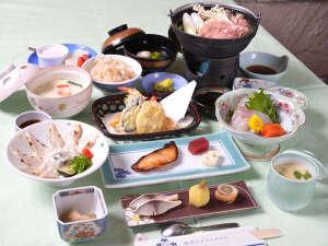 秋芳ロイヤルホテル 秋芳館:*お夕食一例/季節の旬と地元の食材を活かした会席料理をお愉しみ下さい。
