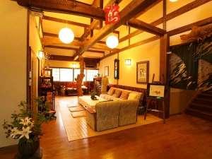 出雲・はたご小田温泉:【エントランス】木の感触が心地よい吹き抜け天井のロビーとなっております。