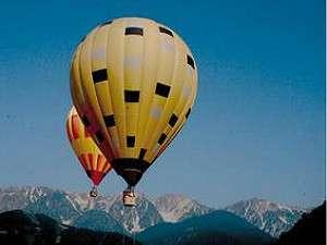ペンションマリオネット:雄大な白馬三山を望む熱気球体験