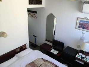 グリンヒルホテル:【セミダブルベットルーム】枕元にコンセントがあり充電に便利!お布団も新調。西川リビングの羽毛布団