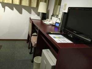 グリンヒルホテル:一部客室の改装時にデスクも新調♪こちらのお部屋はデスク周りにコンセントが4つ!LANケーブルも有り
