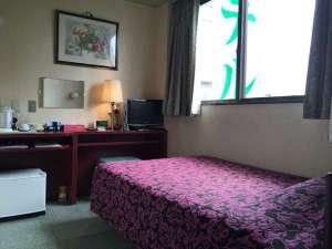グリンヒルホテル:新しく作り直した机のお部屋の写真。