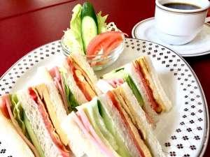 グリンヒルホテル:朝食:1階のレストランにて朝6時~。朝食内容は、サンドイッチ・サラダ・コーヒーなどの飲み物のセット