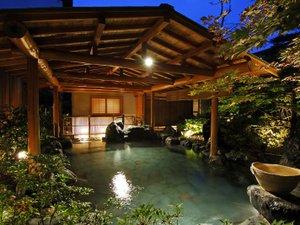 人気の貸切風呂と炭火山里料理の宿 辰巳館:庭園露天風呂「たまゆらの湯」夜の雰囲気