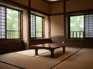 筋湯温泉 大黒屋 :L形に配置された窓から爽やかな光と風が…