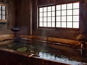 筋湯温泉 大黒屋 :源泉掛け流しの宿泊者専用の貸切り内湯です。底に丸石を敷いています。