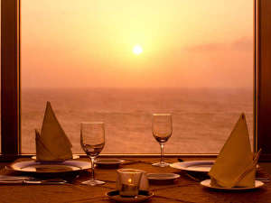沖縄残波岬ロイヤルホテル:東シナ海を一望するパノラマの景観とともにシェフ自慢の料理で贅沢なひと時を