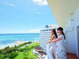 沖縄残波岬ロイヤルホテル:バルコニーでリゾートの風を体感。(部屋タイプにより景観は異なります)