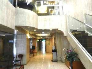 福岡アルティ・イン:ロビー 2階までの吹き抜けシャンデリアがお客様をお迎え致します。ようこそ ♪福岡アルティ・インへ♪