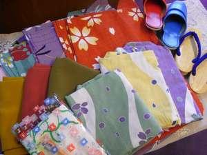 お子様用の小さなスリッパや浴衣に草履、歯ブラシも揃っています♪お母様には色浴衣を!