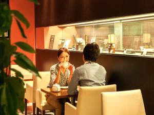 ホテル1Fカフェ「ミス・ジェニー」でのんびりティータイムはいかが。