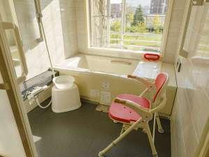 ユニバーサルツインにはシャワーチェアなどを装備。バスタブ近くまで車椅子で寄せる事が可能です。