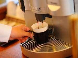 知床天然温泉 ルートイングランティア知床 -斜里駅前-:薫り高いウェルカムコーヒーでお客様をお迎え致します。豆からの挽きたてをどうぞ。