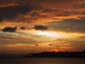 旅館 寺津屋:宿から徒歩3分、島根県立美術館からの夕日