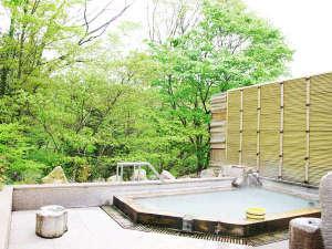 *初夏の緑の露天風呂
