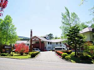 *初夏の爽やかな風と緑に囲まれるホテル