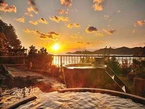 プレミアリゾート 夕雅 伊勢志摩:夕陽に染まる天然温泉露天風呂「みたびの湯」