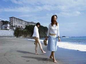 プレミアリゾート 夕雅 伊勢志摩:波打ち際の砂浜を素足で散歩…