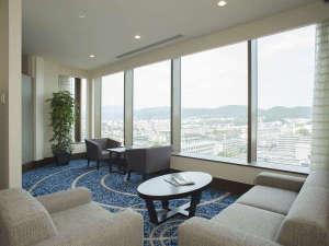 ホテル京阪 京都 グランデ:【13F専用ラウンジ】いつでもゆっくり本を見ながらコーヒーを飲んでお寛ぎいただけます。