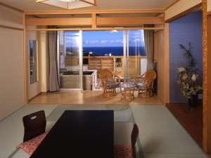 【お部屋】露天風呂付和室一例。10畳和室の奥に、露天風呂があります。