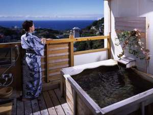 【お風呂】高台から眺める露天風呂からの景色は壮大。海からの風を感じながらの湯浴みは最高!