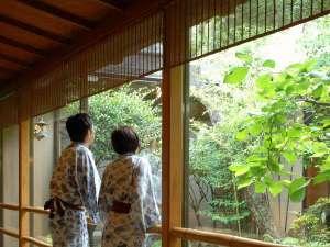 四万温泉 鍾寿館:中庭を眺めるイメージ。のどかな気持ちで、お過ごしください。  ♪~宿クーポン発行中。