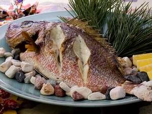 彩りめぐりの宿 彩花亭:名物!真鯛の塩焼き 身のしまった真鯛を丸ごと一匹塩焼きにしました(一例)