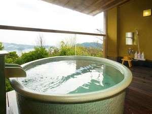 彩りめぐりの宿 彩花亭:貸切露天風呂★和と土のぬくもりが心と体を癒してくれる、信楽焼きの陶器風呂です