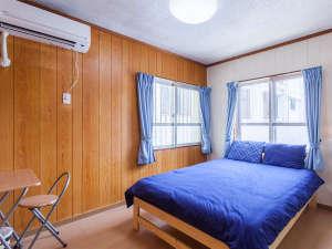かりゆしコンドミニアムリゾート那覇 you家(ゆうや):専用の玄関で入る4LDK仕様は8名様宿泊可。写真はダブルルーム。トイレ2ヶ所あり。もちろん貸切で安心