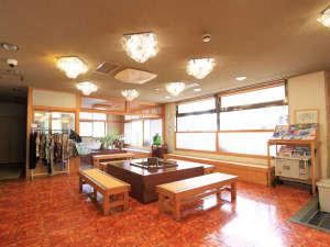 花見屋旅館:*ロビー/広々としたロビーでは一息つける談話スペースもございます。