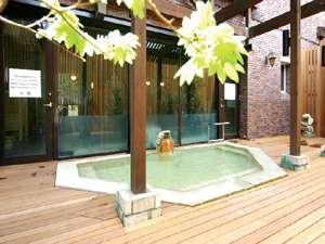 ウェルネスの森 那須:月変わりのハーブバスを楽しむ露天風呂(昼)