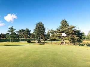ウェルネスの森 那須:那須山を見ながらナイスショット!ホテル目の前は1ホール2ウェイ方式の自慢のゴルフコースが広がります♪