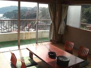 真鶴 みよし旅館:和室8畳の部屋一例。パーっとひらけた開放感あふれる景色が、旅の気分を盛り上げます。