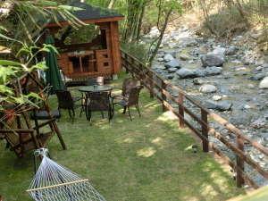 ユウキトカリ:70㎡の専用庭。奥に見える東屋で8名までBQができます。(写真は水量の少ない日に撮影。)
