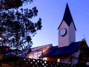 ■―時計台―■高く伸びる時計台が当館の目印です。隣の屋根つきテラスでは結婚式が行われることも。