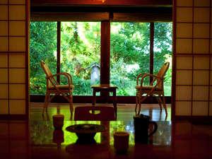 四季の彩りと旬の食材を満喫 宿房 翡翠之庄:露天風呂付の和モダンな広々とした和室で窓の外の景色を眺めながらゆったりとした時間をお寛ぎいただけます