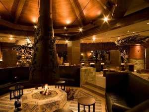 北天の丘 あばしり湖鶴雅リゾート:メインラウンジ/中央に暖炉を設けたラウンジ「回」でゆったりとチェックイン。