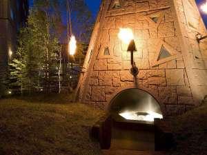 北天の丘 あばしり湖鶴雅リゾート:モニュメント&足湯/北方民族のテント住居をイメージした「火焔の塔」。塔内部には無料の足湯が