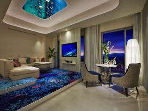 ホテル ユニバーサル ポート:深海をイメージした最上階フロアではワンランク上のサービスをご提供。(写真は63平米プレミアムパレス)