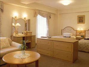 ホテルニュータナカ:デラックスツイン 広々とした室内にソファーセット。バスルームもセパレート。ベットはセミダブル2台。