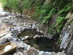 夏油温泉観光ホテル:夏油川を目の前に臨む、迫力満点の渓流露天風呂