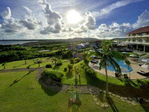 Okinawa EXES Ishigakijima (沖縄エグゼス石垣島):ガーデン側景観南国の日差し降り注ぐガーデンプールで贅沢なリゾートタイムをお楽しみください。