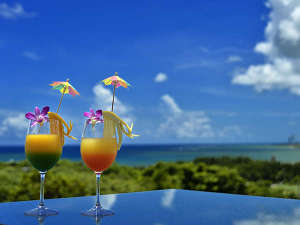 Okinawa EXES Ishigakijima (沖縄エグゼス石垣島):石垣島の海の眺めるガーデンレストラン。トロピカルなドリンクを片手に思わず記念に1枚いかがですか。